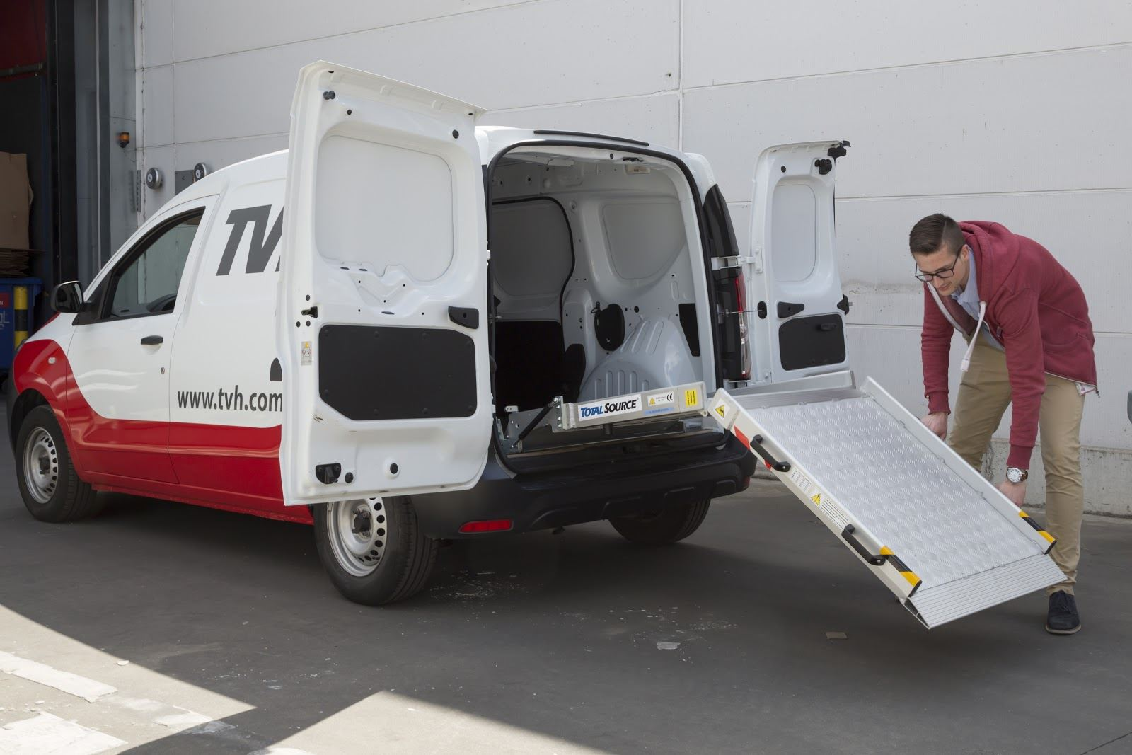 Foldable loading ramp for vans